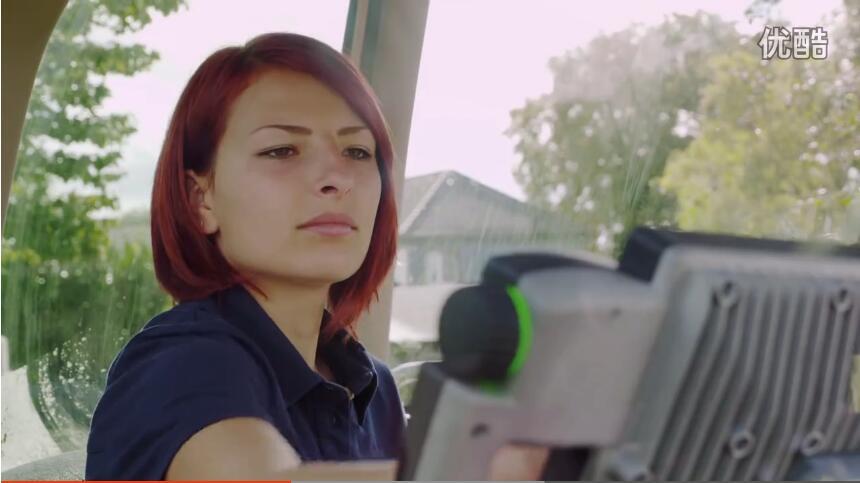 德国姑娘驾驶芬特青贮机收玉米